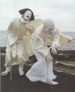 « Sur ces montagnes où ne pousse aucune herbe, cherchant mes pensées au milieu des souffrances, je me prends à devenir un fantôme. » Butō